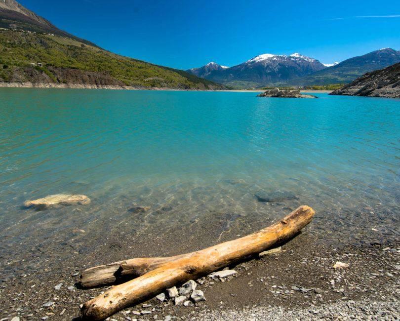 Lac de Serre-Ponçon, les toues cabanées du lac
