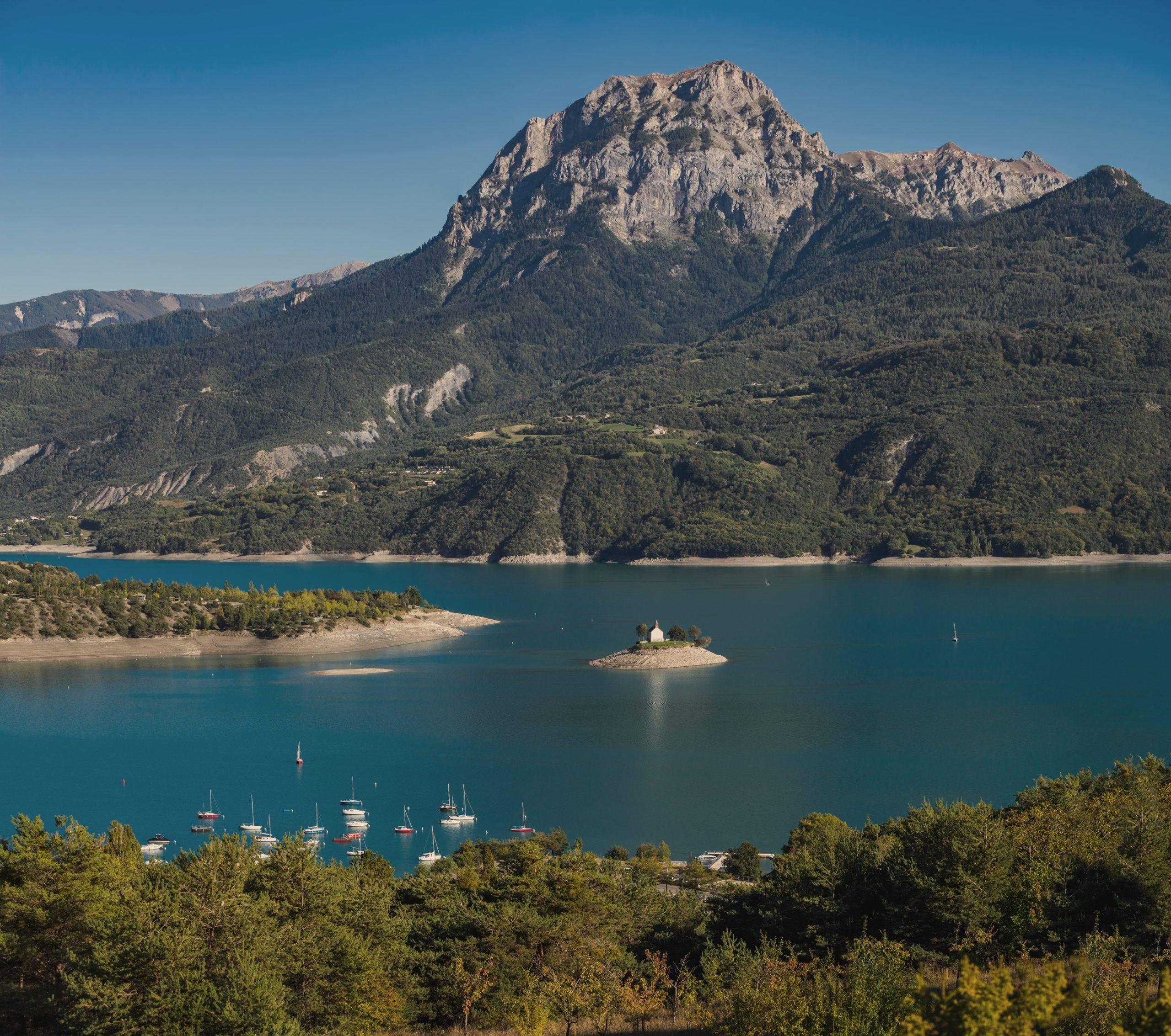 Vue du lac de Serre-Poncon, toues cabanées du lac Hautes Alpes