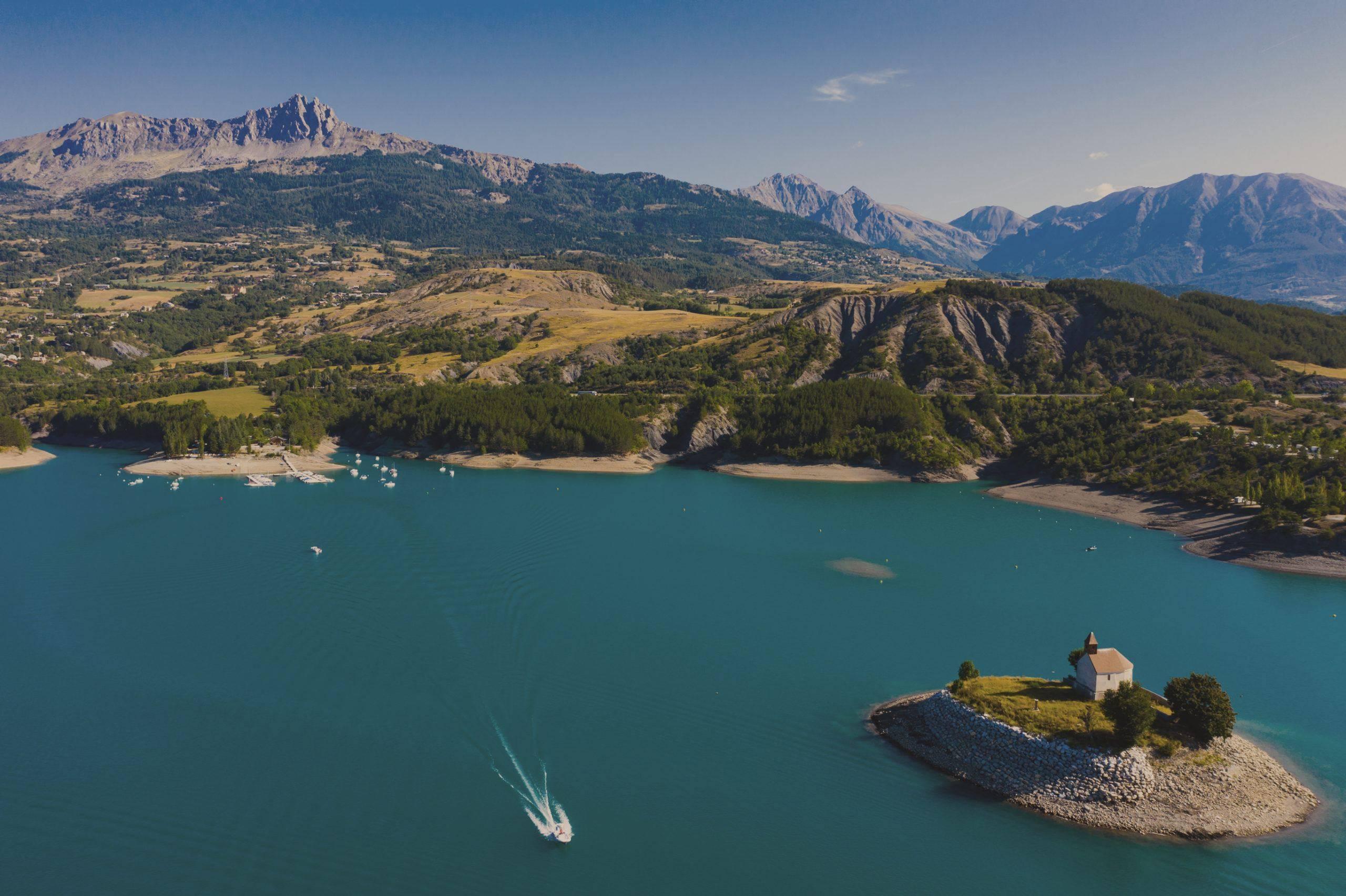Lac de Serre-Ponçon, toues cabanées du lac