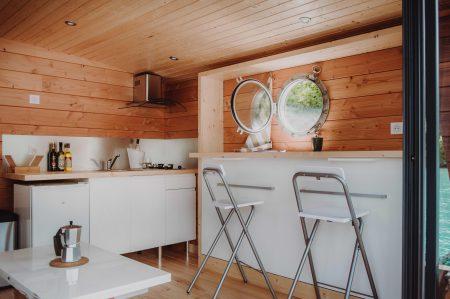 cuisine et salon toues cabanées du lac