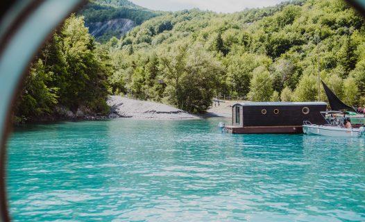 Les toues cabanées amarées à la paillote du lac